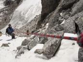 Спуск с перевала Ганжа довольно крутой, поэтому повесили вспомогательную веревку.