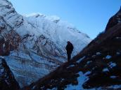 Траверсируем крутой склон. Треккинг в Непале вокруг Дхаулагири, тур в Непал, Непал отдых, путешествие в Гималаи