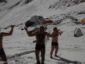 Фото из тура в Аргентину в 2012 году. Банный день на снегу в первом лагере, Аконкагуа