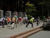 Фото из тура в Японию в 2012 году. Наконец, мы вышли на трек по хребту Камикочи, что в Северных Альпах. Первое, что бросилось в глаза - большая группа японцев, сосредоточенно выполняющая физические упрахнение перед началом пешей прогулки. На врядли такое можно было бы когда-нибудь увидеть на Кавказе или даже в Европе.