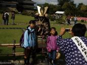 """Фото из тура в Японию в 2012 году. В замке Матцумото. Сам замок считается шедевром зодчества 16 века. Здесь полно японских туристов (а где их нет!). Стоящий """"самурай"""" всем дает возможность бесплатно сфотографироваться. А рядом выделен музеем специальный человек, который для Вас сделает Вашим фотоаппаратом фотографию на память. О как!"""