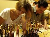 Фото из тура в Японию в 2012 году. Каназава - город мастеров ремесла изготовления тончайшего золотого листа. Его толщина доходит до десятых микрона. Мастерскую, где такую фольгу наносят на палочки для риса и делают разнообразные орнаменты, мы и посетили. Палочки перед нами - это образцы. Надо сказать, что дело это оказалось весьма увлекательным.