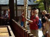 Фото из тура в Японию в 2012 году. Чтобы в жизни все складывалось удачно надо ддва раза позвонить в колокольчик на пороге храма.