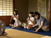 Фото из тура в Японию в 2012 году. Мы попали на чайную церемонию. Позади девочек - традиционная для чайных церемоний свежая экибана.