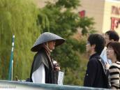 Фото из тура в Японию в 2012 году. Это странствующий монах, философствующий о чем-то на оживленной трассе Матцумото.
