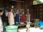 Фото из тура в Японию в 2012 году. Мастер-класс по покраске индиго в долине Аска. Группа перед инструктажем.