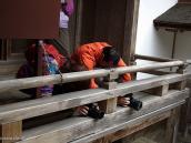 Фото из тура в Японию в 2012 году. Внимание, это не молящиеся, а просто фанатичные фотографы в процессе любования сада камней.