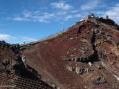 Фото из тура в Японию в 2012 году. Высшая точка кратерного контура и метеостанция на вершине.