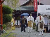 Служба эзотерической буддийской секты Шугендо в Йосино, Япония