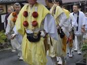 Монахи в колоритных костюмах