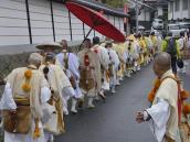 Буддийские монахи-аскеты собираются на службу в Йосино