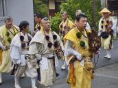 путешествие по Японии, буддийские монахи пришли на пуджу