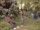 Фото из тура в Танзанию в 2004 году. Негритянские портеры обычно носят грузы на голове. У рейнджера ружье на всякий случай - против диких животных, которых много на горе и вокруг нее.
