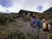 Фото из тура в Танзанию в 2004 году. Подход к лагерю Сэдл-Хат.  Это несколько домиков с комнатами на 4 человека.  Кровати двухярусные