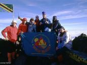 """Фото из тура в Танзанию в 2004 году. Группа туристов """"Компании Неизведанный Мир"""" на  вершине Меру Главная, 4562 м"""