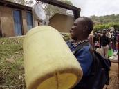 Фото из тура в Танзанию в 2005 году. Взвешивание груза на воротах Мачаме.