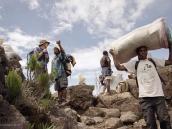 Фото из тура в Танзанию в 2005 году. Работа портеров.