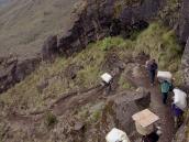 Фото из тура в Танзанию в 2005 году. Вереница портеров изгибается дугой вдоль лавовой дайки.