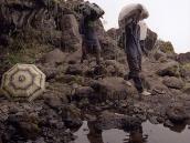 Фото из тура в Танзанию в 2005 году. Дождевая вода стекает каскадом с грота.
