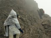 Фото из тура в Танзанию в 2005. Лагерь Барафу окружают обрывистые скалы.