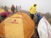 Фото из тура в Танзанию в 2005. Установка палаток в лагере Барафу. Отсюда ночью начнется штурм вершины.
