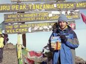 Фото из тура в Танзанию в 2005. Гид Компании Неизведанный Мир Владимир Столяров на вершине Килиманджаро с любимым журналом.