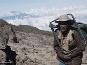 Фото из тура в Танзанию в 2009 году. Основной груз экспедиции переносят портеры.