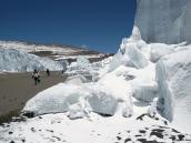 Фото из тура в Танзанию в 2009 году. Ледник в кратере Килиманджаро лежит отдельными блоками.