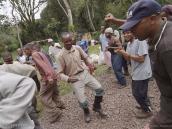 """Фото из тура в Танзанию в 2011 году. Команда сопровождения исполняет """"боевой танец"""" перед выходом на маршрут."""