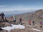 Фото из тура в Танзанию в 2011 году. Лавовая Башня (4600 м) и г. Меру (4560 м, на дальнем плане) уже ниже нас. Поднимаемся к Штурмовому лагерю (4800 м) по высокогорной пустыне.