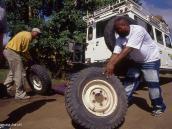 Фото из тура в Танзанию в 2004 году. Проколы колес в Африке случаются не реже, чем в России.