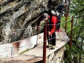Кое-где на маршруте установлены металлические перила и мостки для надежности. Треккинг-тур в Швейцарию.