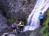 Минуем небольшой водопад. Треккинг-тур в Швейцарию.