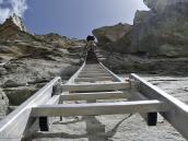 Фото из тура в Швейцарию в 2010 году. Почти вертикальная 20-метровая лестница на перевал Па-де-Шевр (2855 м) - лестницу с собой тащить не нужно ;) Швейцария.