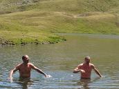 Фото из тура в Швейцарию в 2010 году. Купание в горном озере - это для настоящих мужчин! :) Швейцария.
