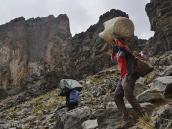 Спуск с перевала у Лавовой Башни, 4500 м