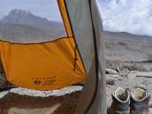 Вид из командирской палатки в Барафу (4600 м) на вершину Мавензи (5149 м), вторую по высоте на Килиманджаро.