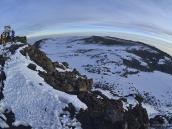Вершина и кратер Килиманджаро, панорама рыбьим глазом. Вдали за вершиной виден Западный Пролом (Western Breach).