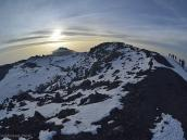 Вершина и кратер Килиманджаро, панорама рыбьим глазом. Солнце встает над Мавензи.