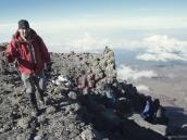 Выход со склона на горизонтальное ложе кратера Килиманджаро. Высота около 5600 м.