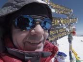 Михаил Белоусов поднялся на вершину Килиманджаро в 64 года.