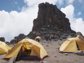Лагерь у Лавовой Башни, 4500 м. На нее мы поднимемся для акклиматизации.
