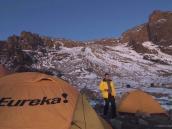 Вечер в Штурмовом лагере у Стреловидного ледника (4800 м). Вид на Western Breach.