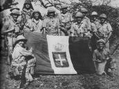 Подразделение итальянских военных с флагом