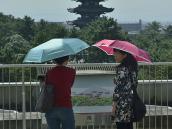 Приключения в Японии, Нара, пагода, женщины с зонтами.