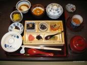Традиционный обеденный стол в рёкане - всего понемногу