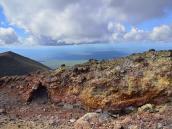 Свежеизверженные породы на кромке кратера