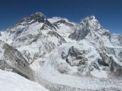 Эверест (слева) и Лхотзе (по центру) со стороны Непала.