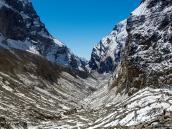 Узкое ущелье у склонов Дхаулагири. Треккинг в Непале, тур в Непал, Непал отдых, путешествие в Гималаи
