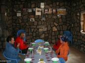 Фото из тура в Иран в 2011 году. Не очень затейливый перекус в хижине. На стене фотографии тех, кто однажды не вернулся домой с восхождения.